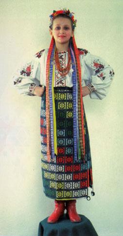 4. Дівчина в регіональному костюмі,  околиці Києва